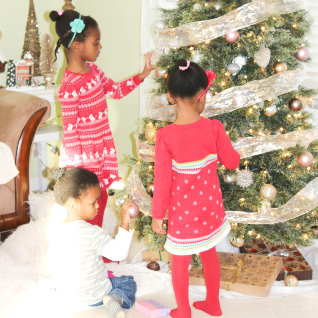 holiday-home-kids-at-the-tree